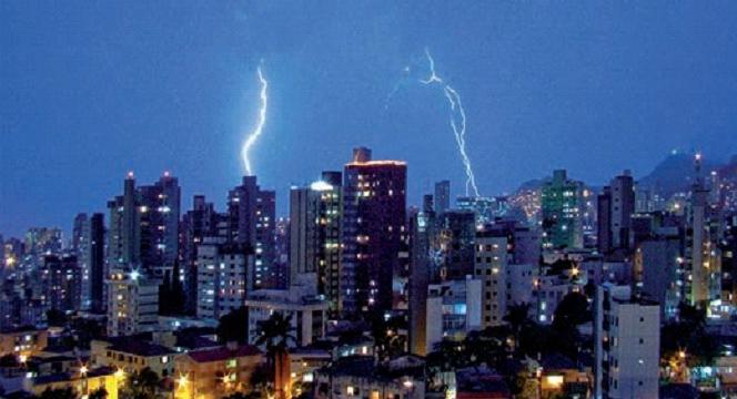 Imagem que mostra uma descarga elétrica numa cidade.